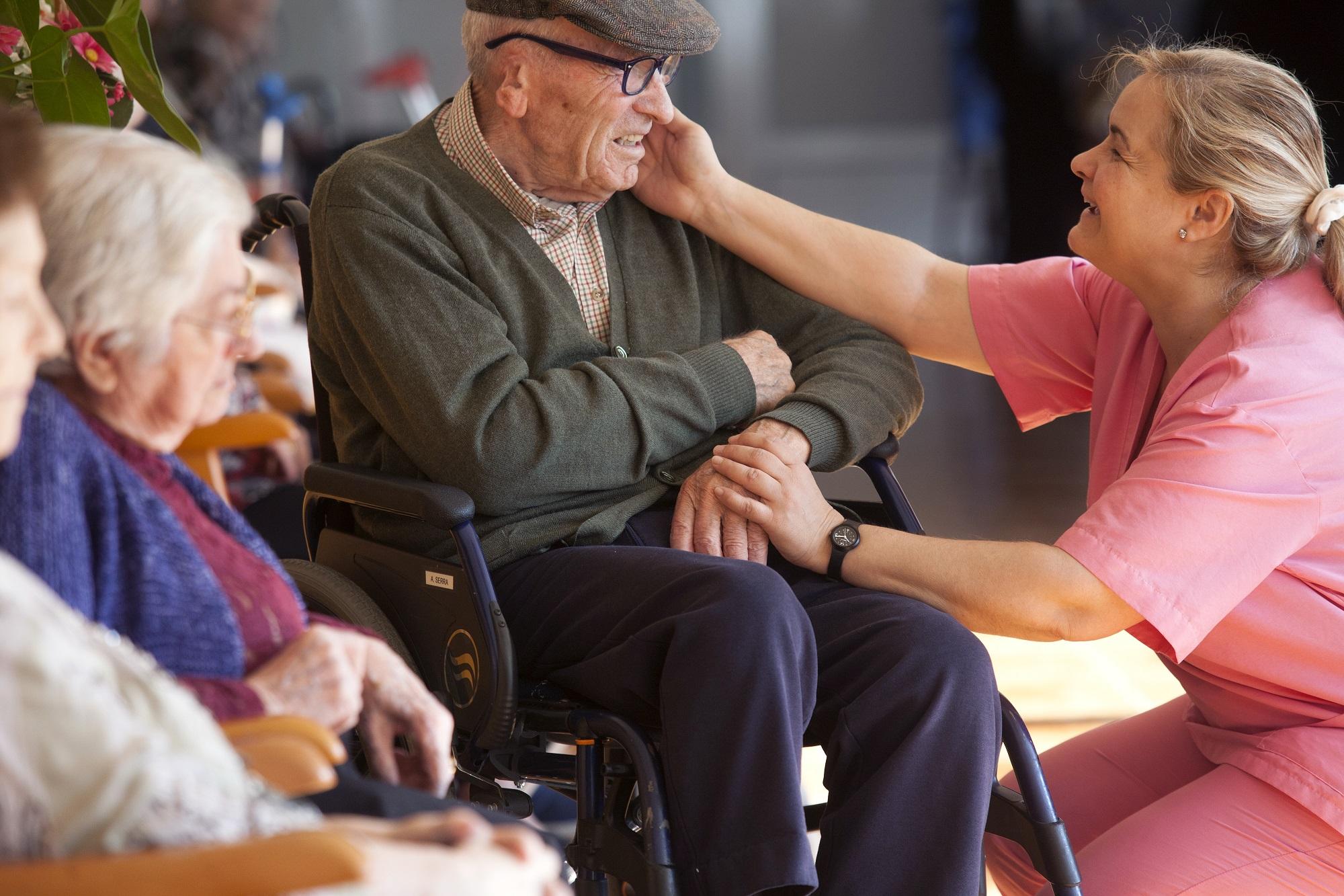 dia del cuidador, residencia, cuidador, cuidadora, gente mayor, tercera edad, alzheimer